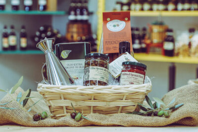 Il Piccantino Basket of Typical Tuscan Artisan Products flavoured with Chilli Pepper